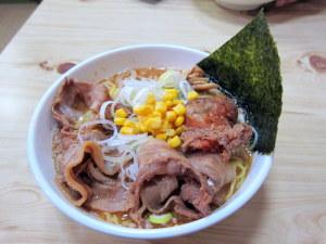 アンキモ、カキ、鮟鱇のアラ入りのスープによる味噌ラーメン