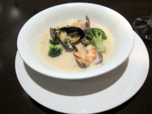 色々魚介類の盛り合わせクラムチャウダーと共に食べるスープ