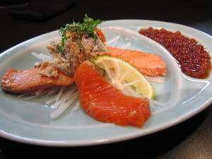 刺身用鮭の軽め昆布〆と炙り ほぐし鮭に大葉青柚子添え自家製イクラ